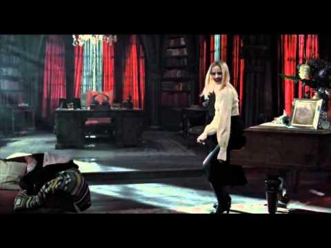 Sombras tenebrosas (Dark shadows) - Trailer en español HD, Más Info http://www.trailersyestrenos.es En el año 1752, Joshua y Naomi Collins, con su joven hijo Barnabas, zarpan de Liverpool, Inglaterra, para iniciar un...