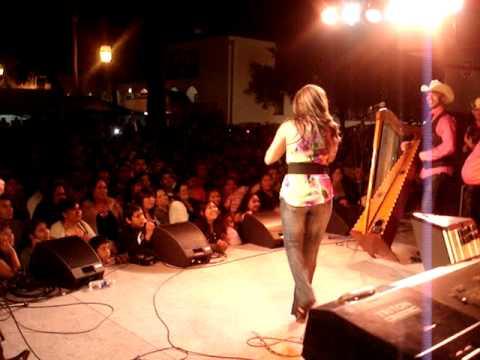 Radio Lazer - Los Canarios en Santa Barbara, La Chela en el escenario