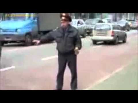 Cảnh sát say rượu cầm lon bia hướng dẫn giao thông