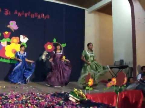 Poptún, baile típico de Petén presentado por chicas estudiantes de Magisterio