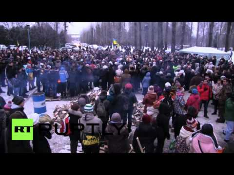 Ukraine: Protesters block Internal Troops inside their barracks