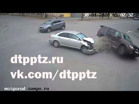 На улице Герцена после столкновения опрокинулся пикап