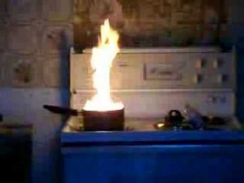 Voici pourquoi ne pas jeter de l'eau sur de l'huile en feu