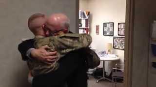 Soldat overrasker sin far på hans arbejde, efter 10 mdr i Afghanistan
