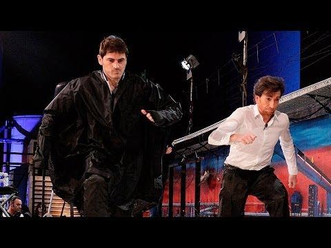 El Hormiguero 3.0 - Iker Casillas y Pablo Motos caminando sobre una piscina de almidón