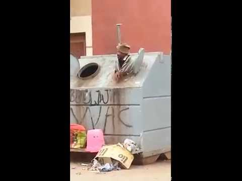 حشومة:مراهق يَدْفع عجوزا يبحث في حاوية القمامة