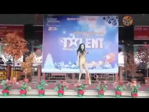 Phản cảm ca sĩ mặc quần như không mặc lên sân khấu asian