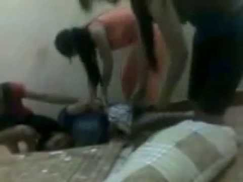 Sốc với clip ba cô gái trẻ thi nhau lột quần bạn trai , tinsockviet.com