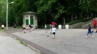 Jucau hochei cu mingea… pe asfalt