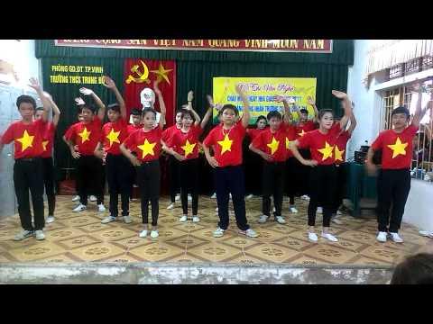 Nhảy dân vũ nối vòng tay lớn. Lớp 9A THCS Trung Đô