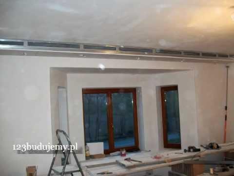 Półka pod sufitem z płyt kartonowo-gipsowych z halogenami