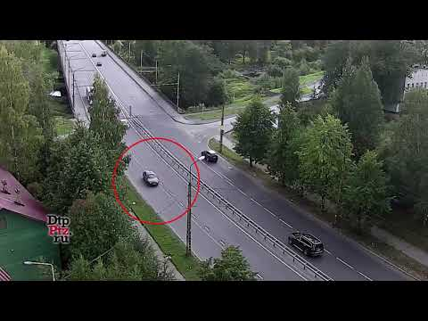 На улице Красноармейская легковой автомобиль врезался в припаркованный фургон. Погиб водитель