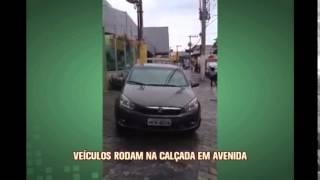 Telespectador envia flagrande de carros em cal�ada no Bairro Guarani