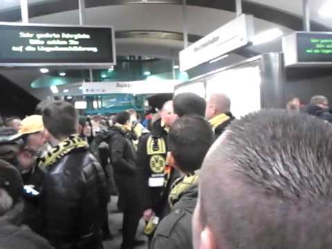 Borussia Dortmund en bayer Leverkusen fans in metro after match