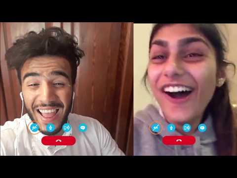 شاب مغربي يجري مكالمة بالفيديو مع ميا خليفة