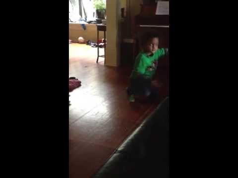 Kid dancing Jastin Bieber song..