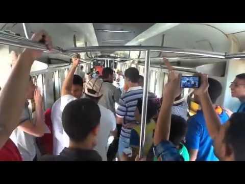 """مصري يبيع أكياسا بلاستيكية مليئة بالهواء في القطار وهو يغني """" السيسي غلا الكهربا غلا الغاز… بكرى يبيع الهوا في إزاز""""+ فيديو"""