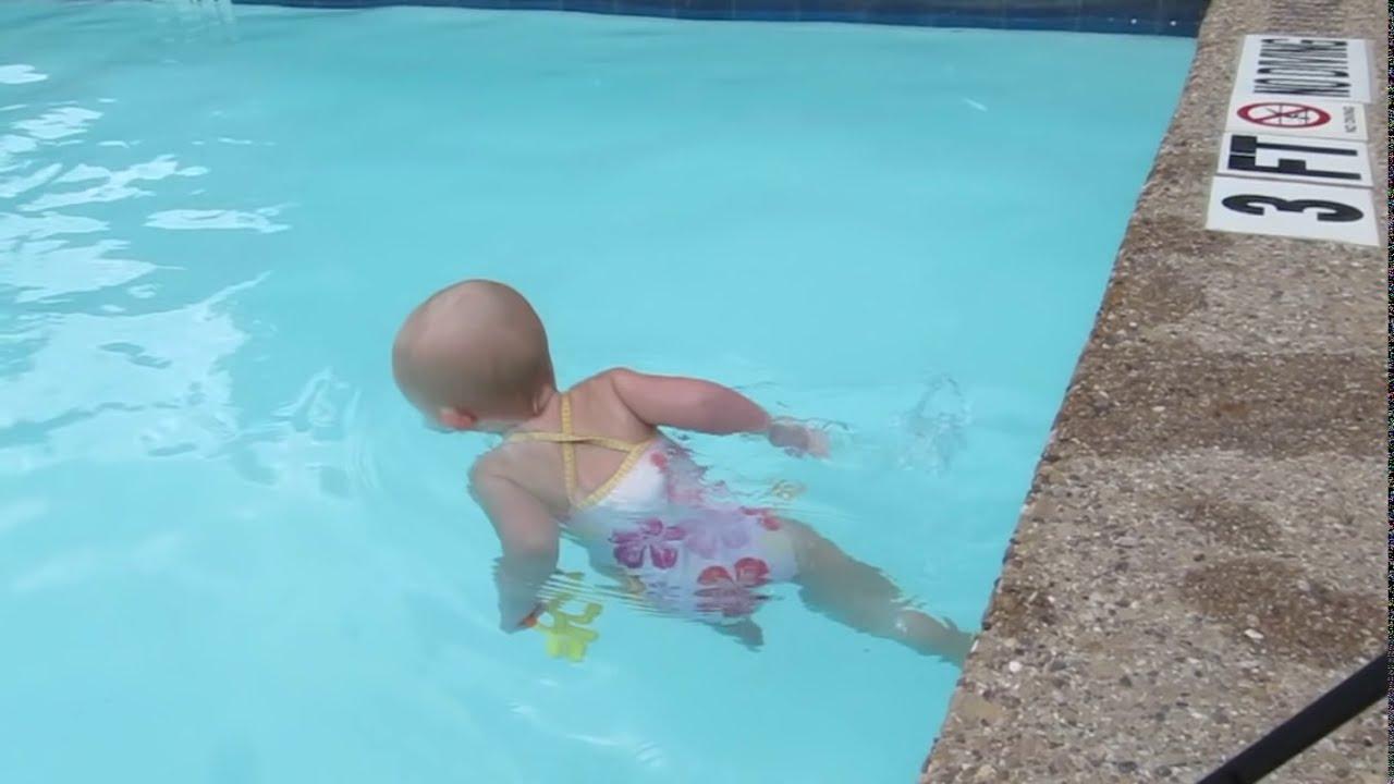 WOW nya jangan lupa! Elizabeth, meskipun baru berusia 16 bulan ternyata Ia sudah bisa berenang. Bayi yang belum fasih berbicara ini ramai diberitakan oleh media karena penampilanya melintas kolam renang.