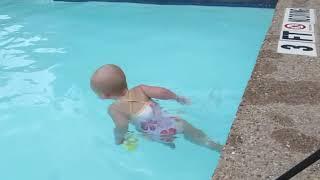 プールを両サイドを泳ぎきる赤ちゃん