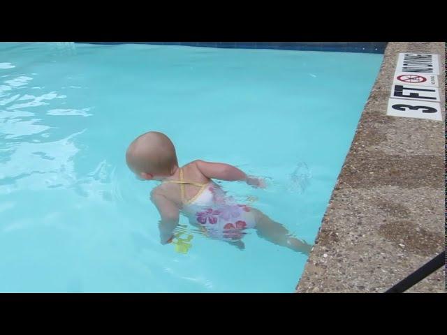 16個月大的嬰兒在游泳池游泳