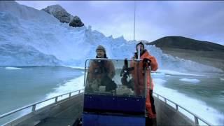 Colapso de glaciar cerca de una lancha