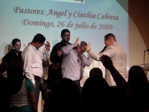 Pastor Angel Cabrera dandole una Palabra Profetica a Hector Delgado
