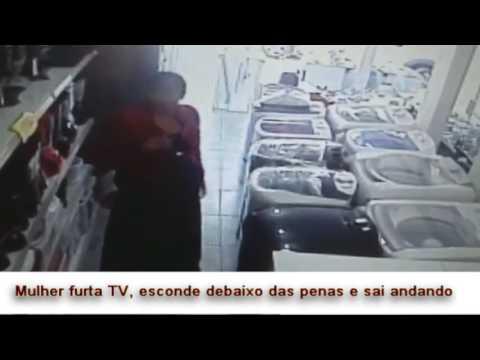 Mulher é flagrada furtando tv e colocando debaixo da saia