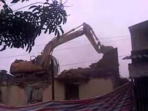 Máy xúc phá nhà