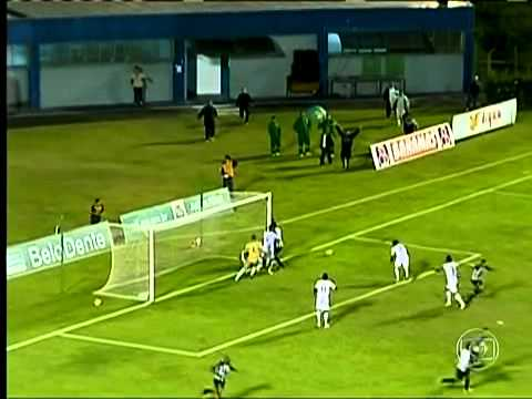 Massagista tira bola do gol - Tupi x Aparecidense
