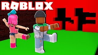 *NEW* DON'T GET CRUSHED BY A WALL IN ROBLOX! (Hole in the Wall)