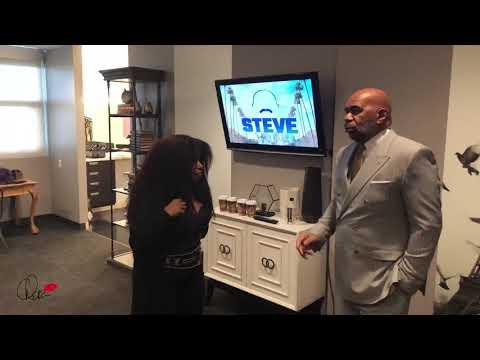 Chaka talking with Steve Harvey backstage before the #SteveHarveyTVShow