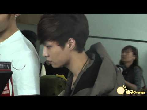 121210 LAY grabs KRIS's toy and smile to the cam T_T @ Guangzhou Airport