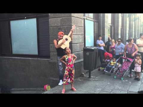 Niña canta en el centro de Guadalajara talento en la calle