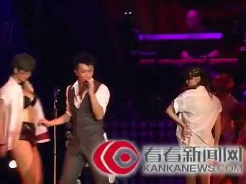 120818 World Tour Concert in Shanghai - Han Geng kissing with female dancers