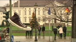 Schuhe vor Wullfs Dienstsitz Schloss Bellevue