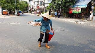 Bà cụ nhịn đói 2 ngày xin 100 ngàn đồng bắt xe lên Sài Gòn bán bánh cam mưu sinh