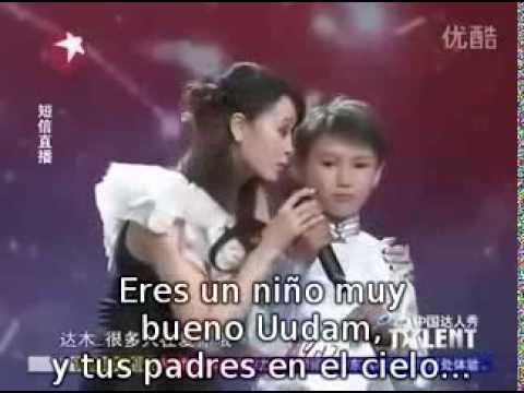 niño hace llorar cantando  a su madre que esta en el cielo