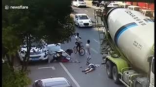 Tai nạn thương tâm khi mở cửa xe ô tô không quan sát / Tai nạn giao thông kinh hoàng (TNGT) | XTNow