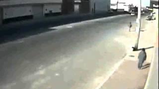 STRAVIČAN UDES: Pogledajte kako je ovu pješakinju telefonski stup spasio od SIGURNE SMRTI! (VIDEO)