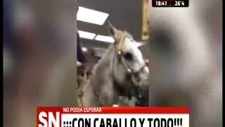 México: No pudo esperar y se metió a comprar una cerveza con caballo y todo