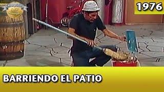 El Chavo | Barriendo el patio (Completo)