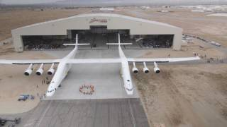 Roll out da aeronave Stratolaunch