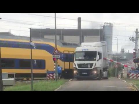 Trein ramt op het spoor stilgevallen vrachtwagen