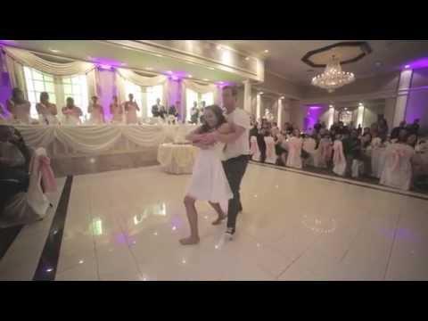 شاهد.. ماذا فعل أب أثناء رقص ابنته في حفل الزفاف