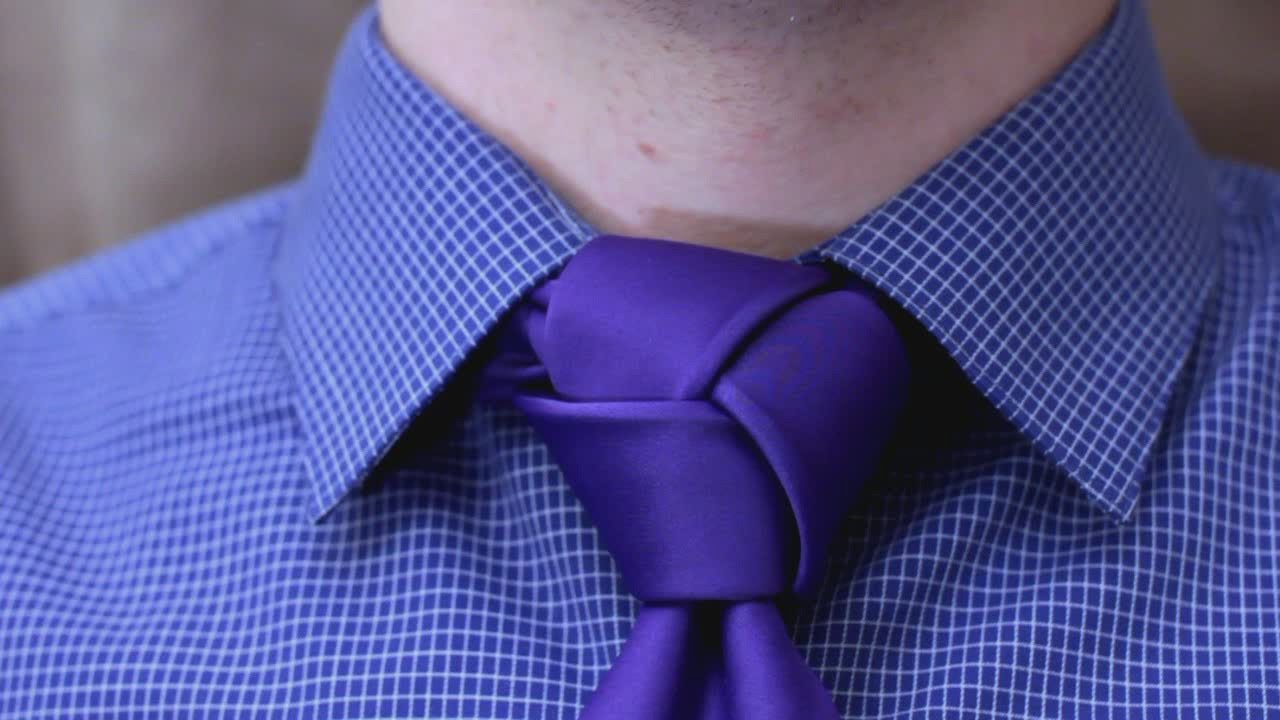 how to tie a tie trinity knot youtube. Black Bedroom Furniture Sets. Home Design Ideas