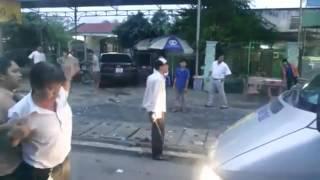 Clip  Múa côn đánh nhau, người đi đường  dính đòn  ngã gục - YouTube