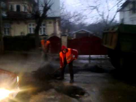 В Чернівцях асфальт кладуть у зливу