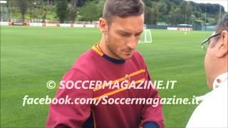 Totti scherza con un tifoso sul secondo posto della Roma - Soccermagazine a Trigoria