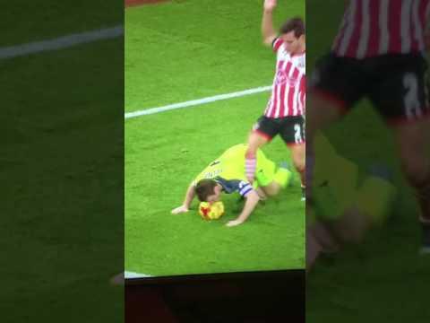 James Milner dùng mặt giữ bóng trận gặp Southampton