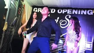 Duy Phước hát cùng những cô gái xinh đẹp trong tiệc Khai Trương Spa